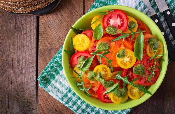 Нарезанные кружочками помидорки уложить на смесь овощей