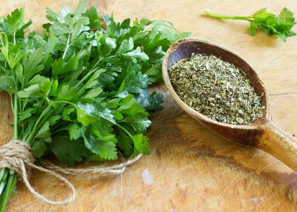 Сушить овощи, особенно зеленые пряные травы, просто
