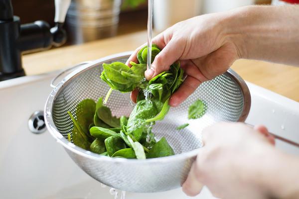 Мытье листьев шпината