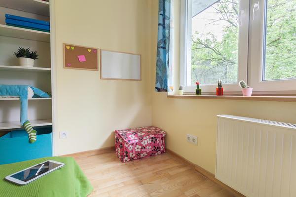 Лучше всего устроить детскую в помещении, выходящем окнами на восток или юго-восток