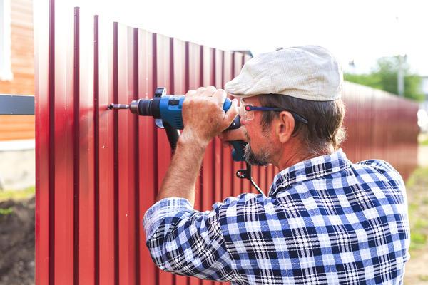 Самая эффективная рукотворная защита - это средний или высокий забор