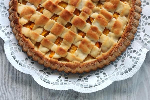 Пирог вишневый с персиками