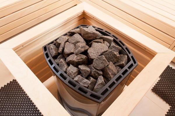 В отличие от бани, камни в сауне лежат снаружи, а не внутри печи