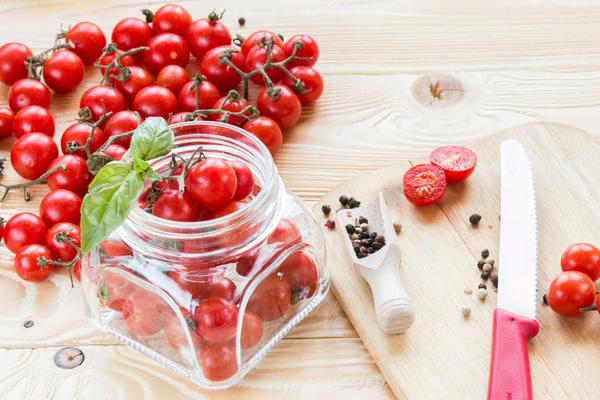 Соленые помидоры с базиликом
