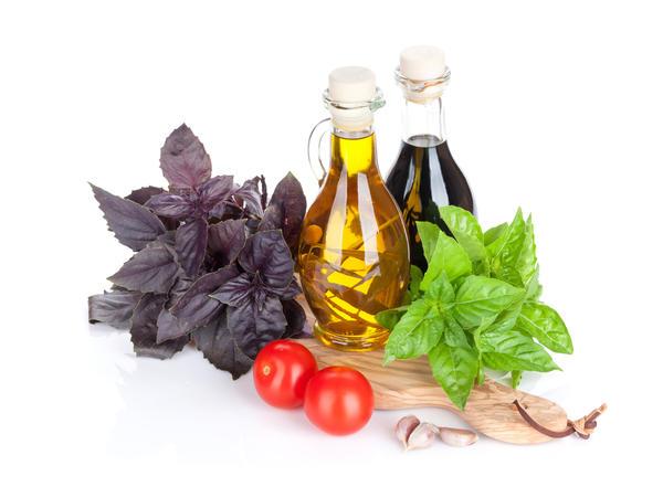Уксус и масло с базиликом