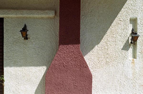 Стена дома с наружным дымоходом