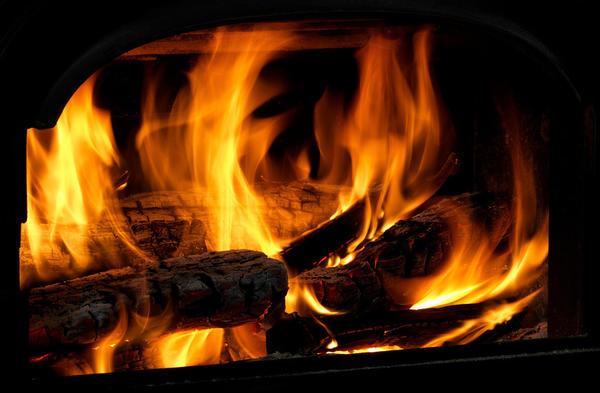 Завораживающая картина живого огня - главное преимущество камина