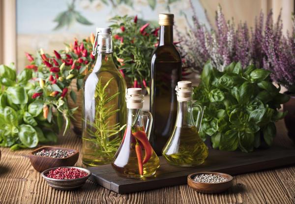 Для приготовления ароматного уксуса можно использовать разнообразное сырье