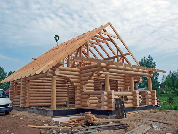 В это время года всегда найдется три недели солнечной погоды, когда рационально сделать крышу.