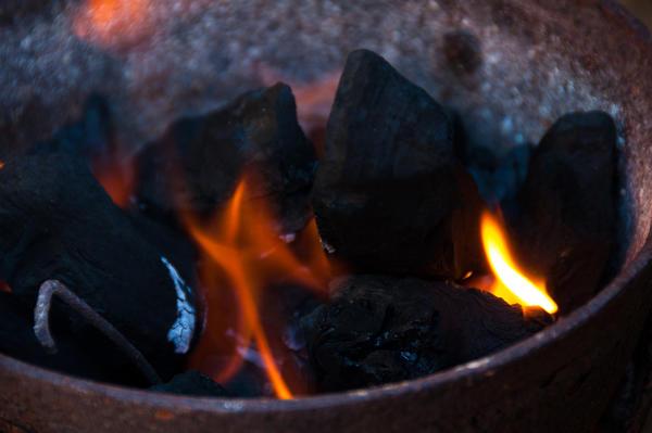 Ведро с тлеющими углями - один из способов осушения погреба