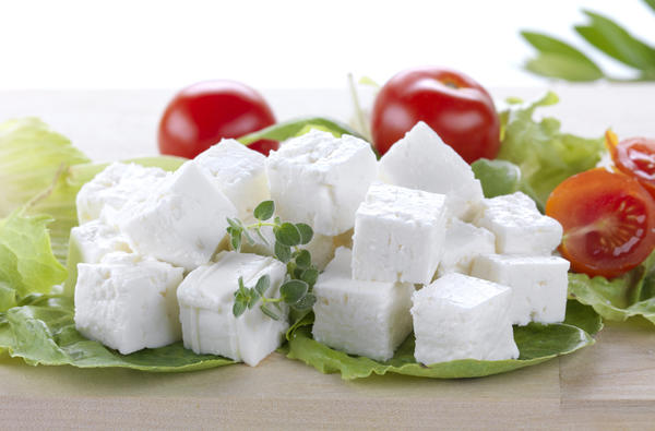 Домашняя брынза хороша в салатах, с овощами, как основа для бутербродов.