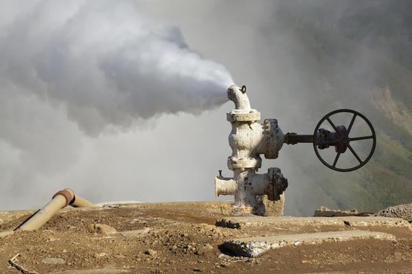 Выброс термальной воды и пара из скважины на Мутновской ГеоТЭС. Камчатка