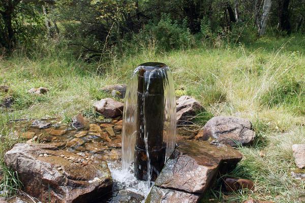 Артезианская фонтанирующая скважина
