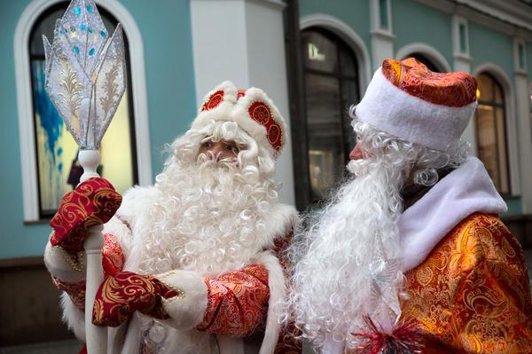 Деды Морозы обсуждают волшебный посох на улице города Москвы © Николай Винокуров / Фотобанк Лори