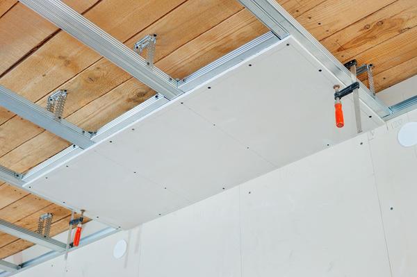 Монтируется подвесной потолок