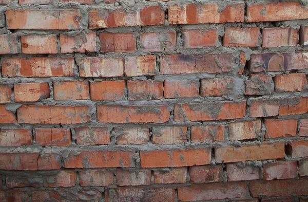 Некачественная стена из красного кирпича