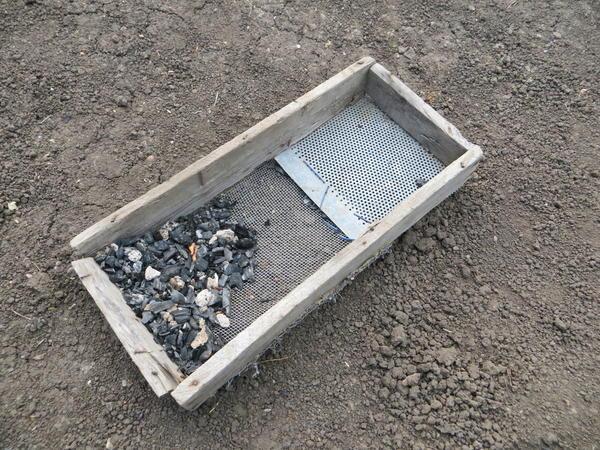 Это может быть просто рассыпание золы на землю с последующим ее рыхлением или внесение в посадочную яму.