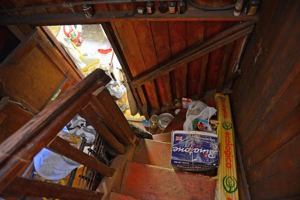 Интерьер старой дачи: лестница на второй этаж © Владимир Горощенко / Фотобанк Лори