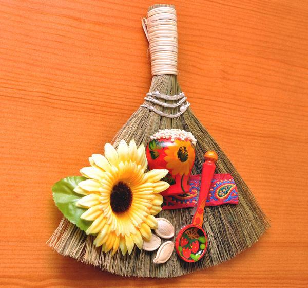 Веник-оберег, украшенный различными предметами.