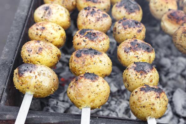 Картошку хорошо готовить сразу после мяса, пока угли еще держат тепло