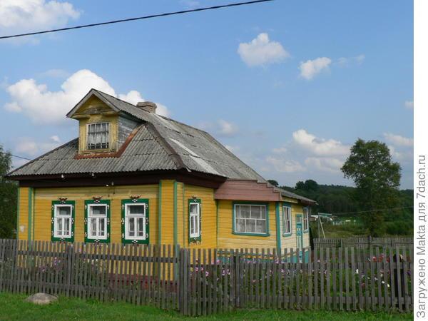 дом напротив ворот монастыря