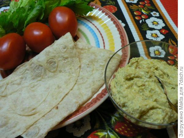 готовый хумус на столе