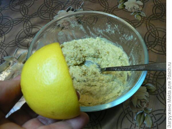 выжимаем сок половинки лимона