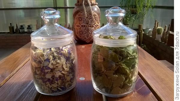 Слева- сделала сбор: лепестки жасмина, василька и дикого шалфея. Справа молодые листочки смородины.