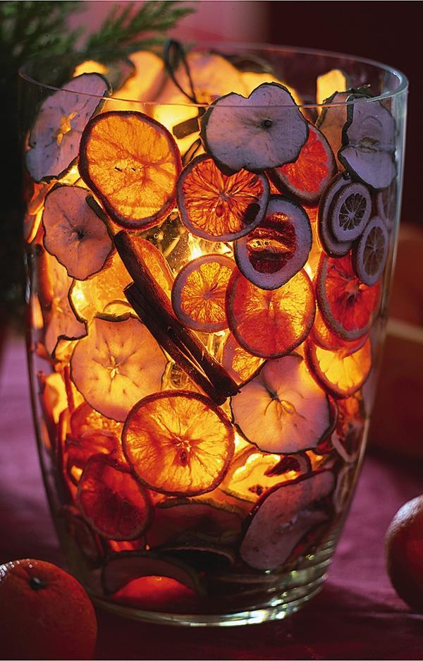 Фруктовые ломтики в вазе со свечой