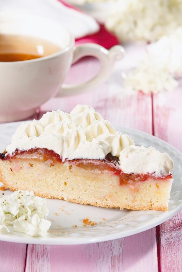 Миндальный пирог со сливами и взбитыми сливками