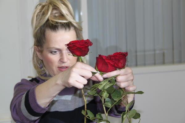 Из самых свежих роз выберите те, у которых более толстый стебель.
