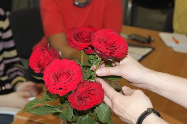 Внимательно осмотрите все розы из букета и отберите самые лучшие и свежие.