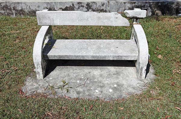 Из некачественных материалов даже бетонная лавочка долго не простоит