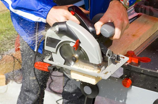 Механизированные пилы — самый востребованный тип инструментов для работ на дачном участке.