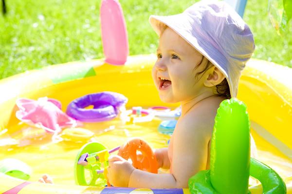 Надувным бассейном останутся довольны как ребенок, так и родители