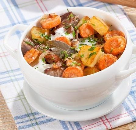 Мясо с овощами, зеленью и сметаной