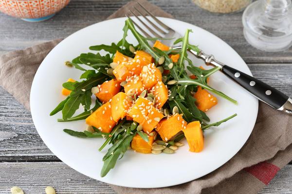 Салат из тыквы с рукколой и шпинатом