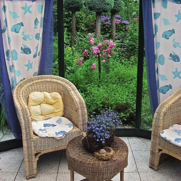 Живописные шторы-стенки способны сделать беседку особенно уютной и вместе с тем защитить от назойливых солнечных лучей.