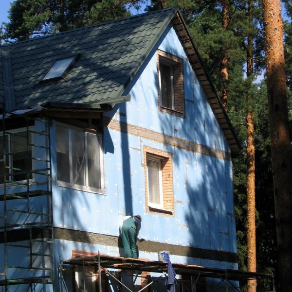 Кирпичный дом утеплен экструдированным пенополистиролом. Сверху будет уложена штукатурка