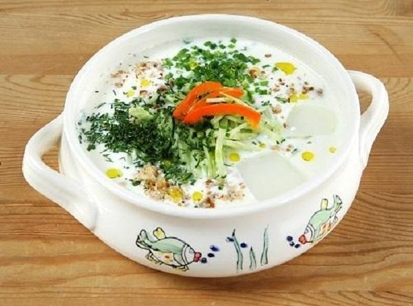 Летний суп Таратор из кефира, зелени и огурцов