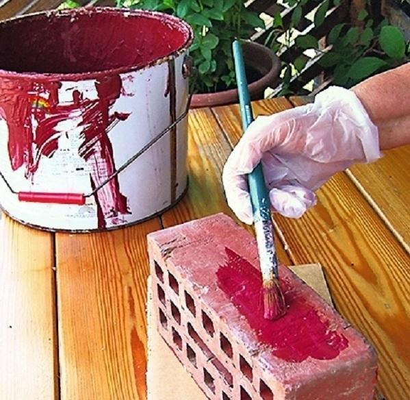 Нанесите на старые кирпичи два слоя фасадной краски вишневого цвета.