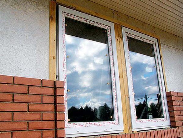 Места сопряжения кладки и оконной или дверной коробки герметизируют, например, уплотнительными полосами из водоотталкивающего поролона.