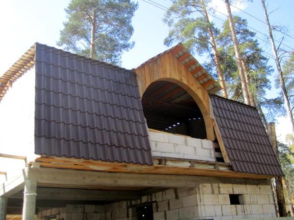 На этой даче металлочерепица играет роль фасадной облицовки