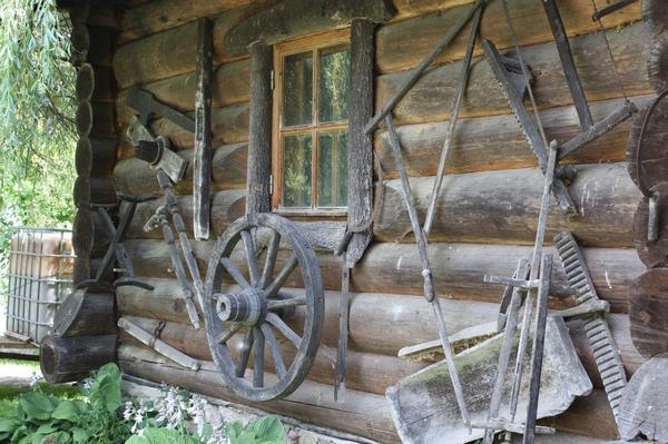 Из дерева строили все, от крепостей до временных жилищ, делали предметы обихода и орудия труда.