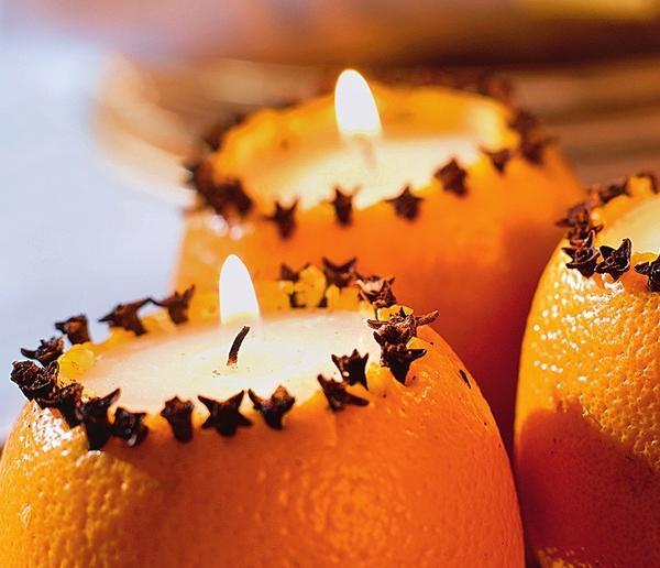 Свеча в апельсиновом подсвечнике
