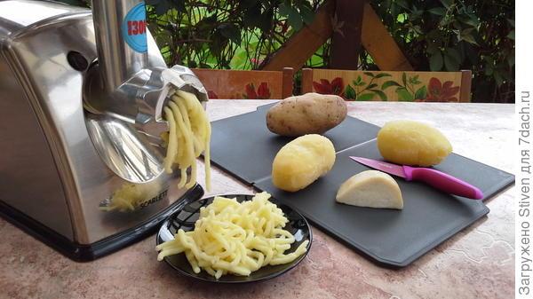 Пропустить через мясорубку картофель