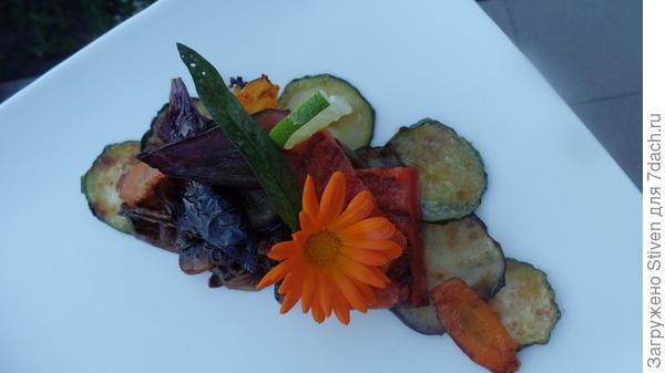 Украшение овощного блюда цветами календулы