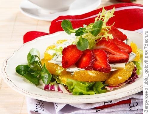 Легкий салат с клубникой и сыром