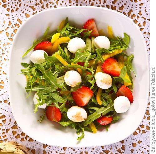 Овощной салат с клубникой