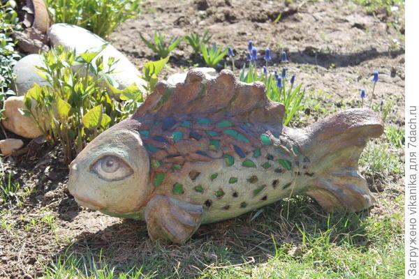бетонная рыбка со стеклянной мозаикой